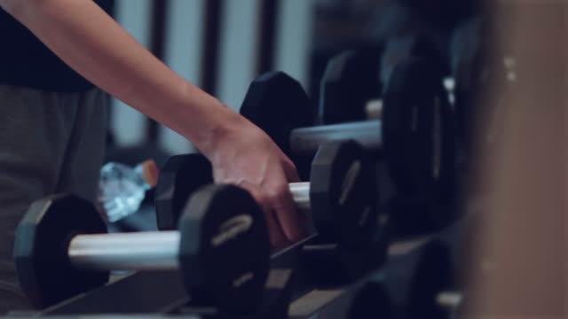 hanteln-sport und fitness krafttrainingsgeräte - hantel stock-videos und b-roll-filmmaterial