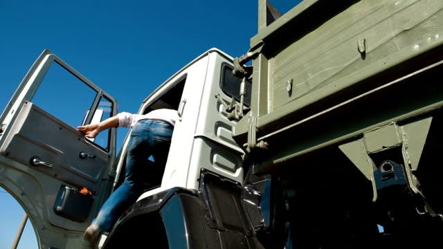 Camión de descarga en automóvil - vídeo