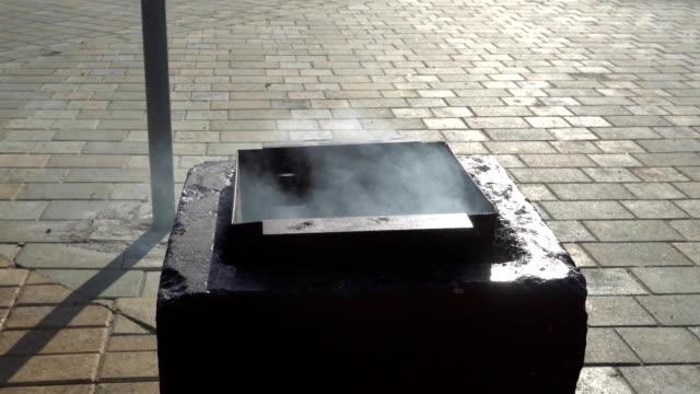 a çöplüğü yanıyor değil sönmüş koçanı - dumpster fire stok videoları ve detay görüntü çekimi