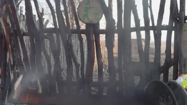 çöp konteyneri yangın kirliliği - dumpster fire stok videoları ve detay görüntü çekimi