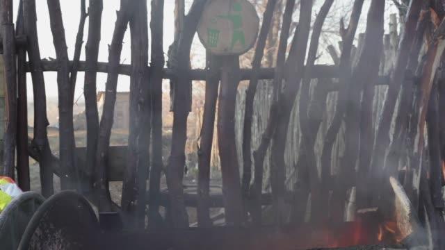 çöp lük yangın dumanı - dumpster fire stok videoları ve detay görüntü çekimi