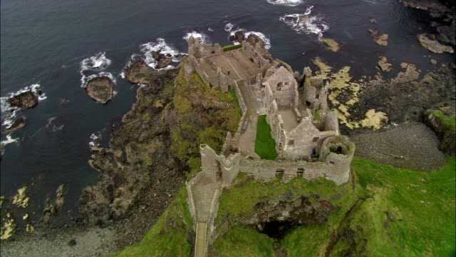 던러스 성-공중 뷰-밀즈의, 영국 - 성 건축물 스톡 비디오 및 b-롤 화면