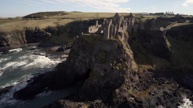 vídeos de stock, filmes e b-roll de castelo de dunluce, co. antrim, irlanda do norte - castelo