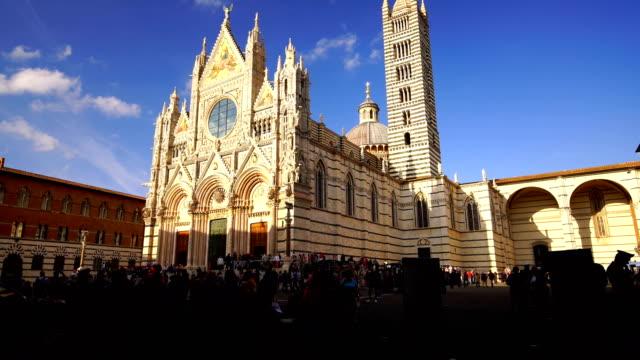 vidéos et rushes de duomo di siena ou cathédrale métropolitaine de santa maria assunta à sienne - inclinaison vers le haut