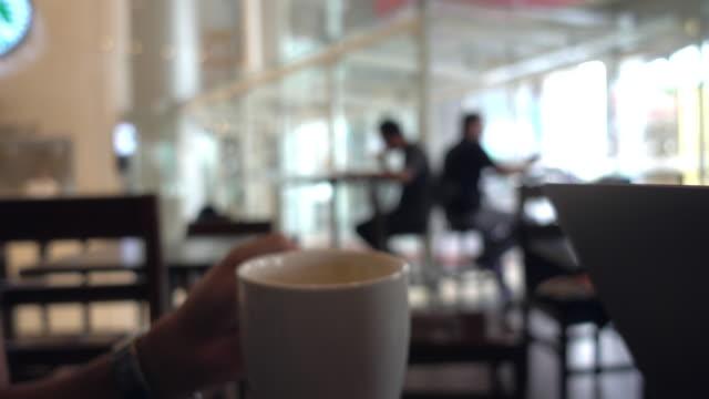 vídeos de stock e filmes b-roll de during coffee break time. - coffee table