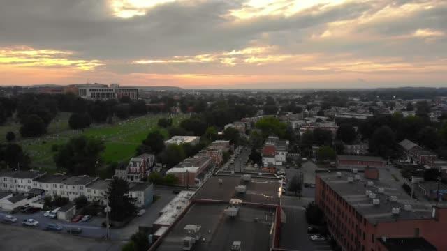 abenddämmerung vorwärts luftaufnahme des geschäftsviertels von lancaster - pennsylvania stock-videos und b-roll-filmmaterial