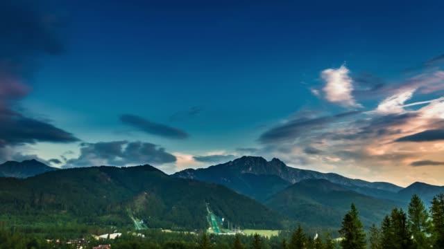 yaz aylarında tatra dağları üzerinde alacakaranlık, polonya - zakopane stok videoları ve detay görüntü çekimi
