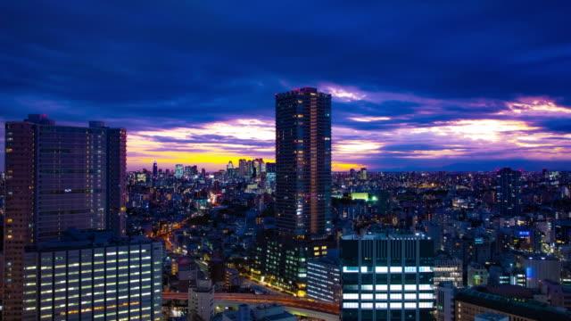 Ein Dämmerungszeitraffer des Stadtbildes in Tokio Hochwinkel Weitschuss – Video