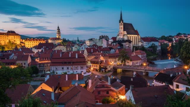 夕暮れ夜時間の経過、チェコ チェスキー ・ クルムロフの街並 - チェコ共和国点の映像素材/bロール