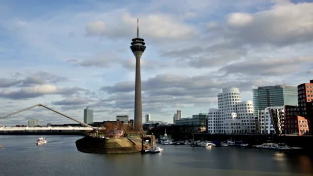 düsseldorf stadt mit blick auf den medienhafen, deutschland - düsseldorf stock-videos und b-roll-filmmaterial