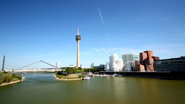 düsseldorf skyline mit brücke, schwenken - düsseldorf stock-videos und b-roll-filmmaterial