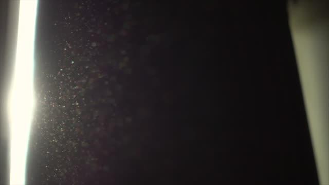 vídeos de stock, filmes e b-roll de poeira em câmera lenta de quarto - sujo
