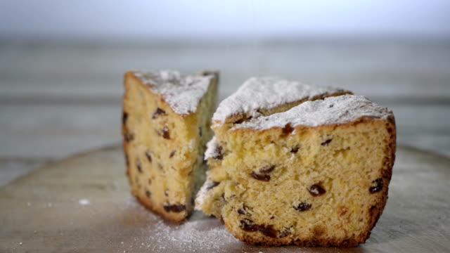 ahşap plaka üzerinde pasta parçaları üzerinde toz buzlanma şekeri tozu - kek dilimi stok videoları ve detay görüntü çekimi