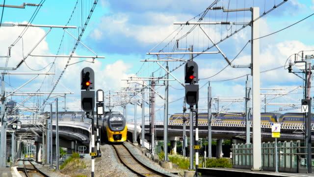 stockvideo's en b-roll-footage met nederlandse dubbele dekken trein passeren op station bijlmer - eindhoven