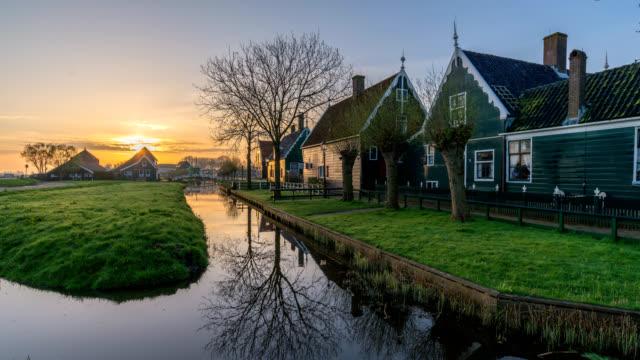 オランダの伝統的な家ザーンセ スカンスの風車村、アムステルダム オランダ タイムラプス 4 k で日の出時間の経過 - オランダ点の映像素材/bロール
