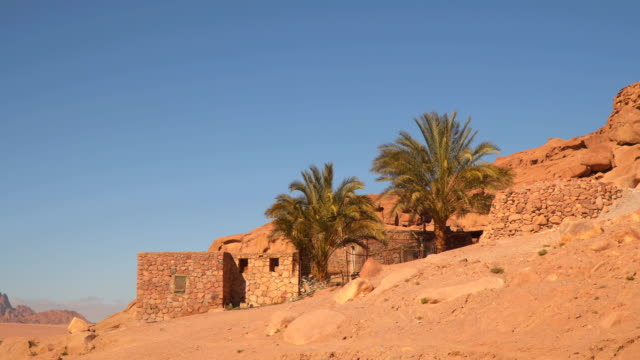 dwelling on the slope of desert mountains - cultura del medio oriente video stock e b–roll