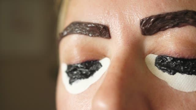 ヘナで染める眉毛は適用適用 - まぶた点の映像素材/bロール