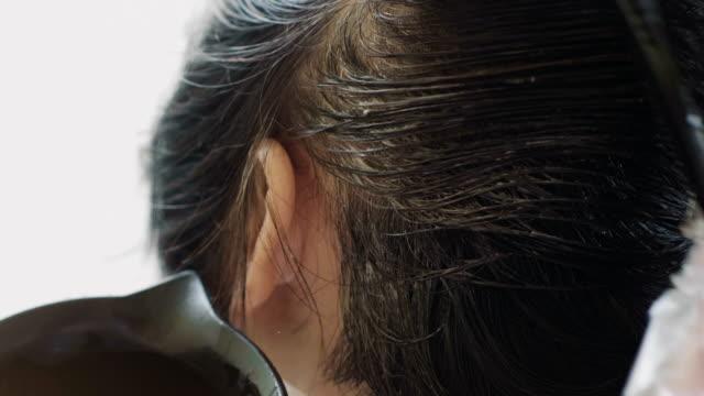 färben von haaren zu hause - haarfarbe stock-videos und b-roll-filmmaterial
