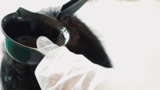 vídeos de stock e filmes b-roll de dyeing hair at home - matéria corante