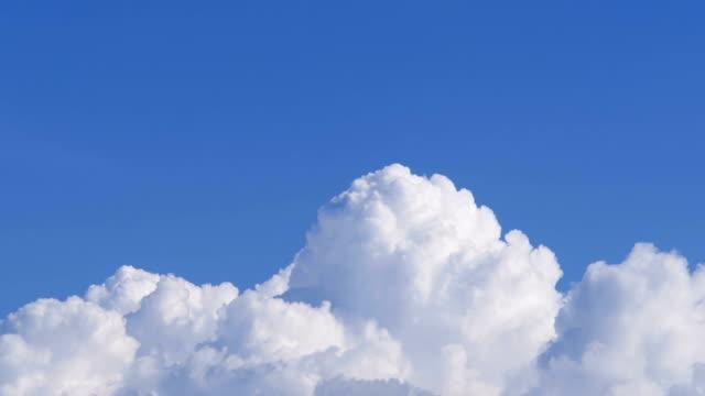 dynamische bewegung von cumulus-wolken im blauen sommerhimmel - gewitter stock-videos und b-roll-filmmaterial