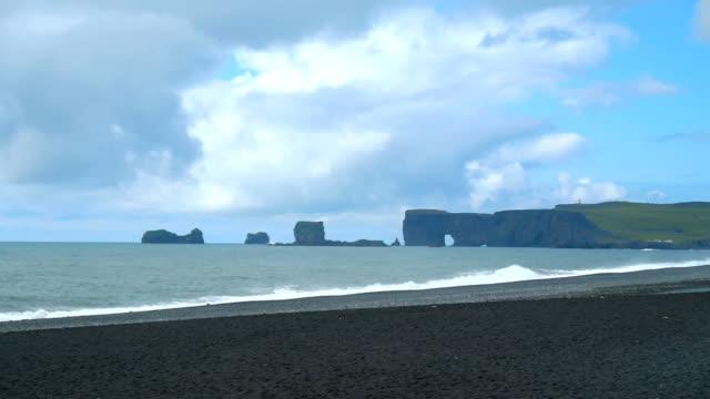 vídeos y material grabado en eventos de stock de dyrholaey volcánicas playa en la costa sur de islandia. - basalto