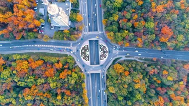 vidéos et rushes de vue aérienne d'eagle eye abattu au-dessus d'une ville animée carrefour giratoire, le rond-point ou le carrefour - rond point