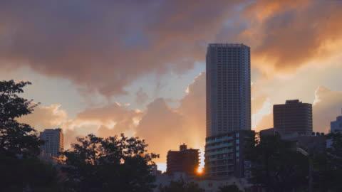 vídeos de stock e filmes b-roll de early clouds flowing in the twilight sky - anoitecer