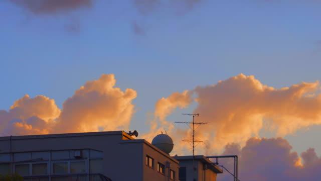 清晨的雲彩在暮色的天空中飄動 - 城鎮 個影片檔及 b 捲影像