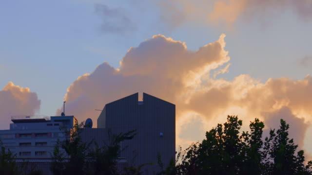 夕暮れの空を流れる初期の雲 - 絶景点の映像素材/bロール