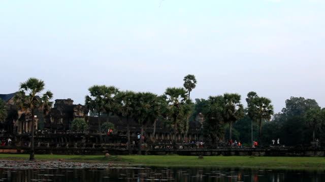 am frühen morgen in angkor wat - kambodschanische kultur stock-videos und b-roll-filmmaterial