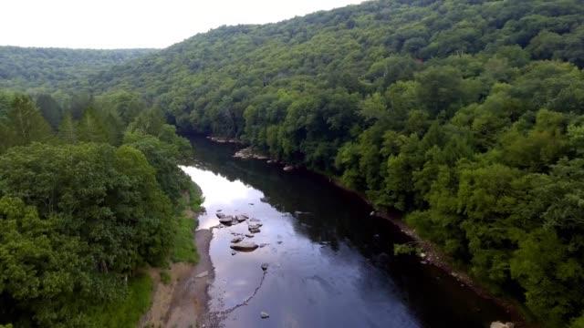 früher morgen drohnenaufnahme des flusswassers, das sich durch wald und bergtal bewegt - pennsylvania stock-videos und b-roll-filmmaterial