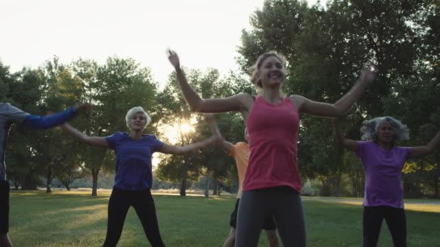 4k-slo-mo: am frühen morgen-fitness-klasse - fitnesskurs stock-videos und b-roll-filmmaterial