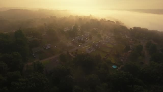 am frühen morgen nebel antenne pennsylvania nachbarschaft - pennsylvania stock-videos und b-roll-filmmaterial