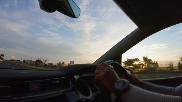 運転席からの早朝高速道路の眺め - トラック点の映像素材/bロール