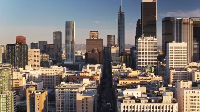 early morning in downtown los angeles - drone shot - деловой центр города стоковые видео и кадры b-roll