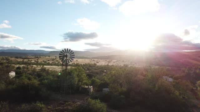 風車のある早朝カルー風景 - 南アフリカ共和国点の映像素材/bロール