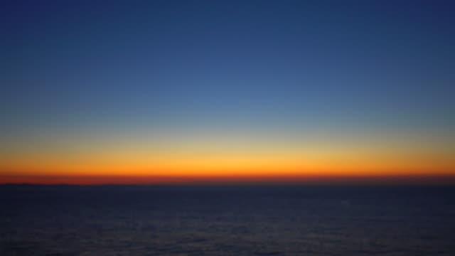 meer am frühen morgen  - horizont über wasser stock-videos und b-roll-filmmaterial