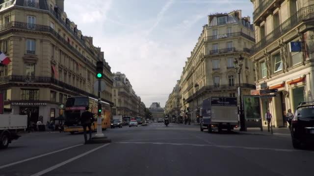 vídeos de stock e filmes b-roll de early morning on the avenue de l'opera.paris. - carro na rua