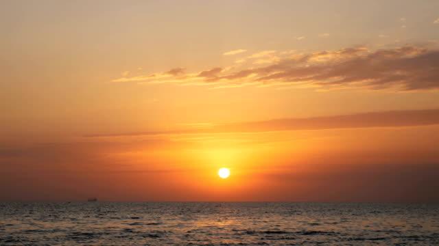 vídeos de stock e filmes b-roll de early morning, sunrise over sea - linha do horizonte sobre água