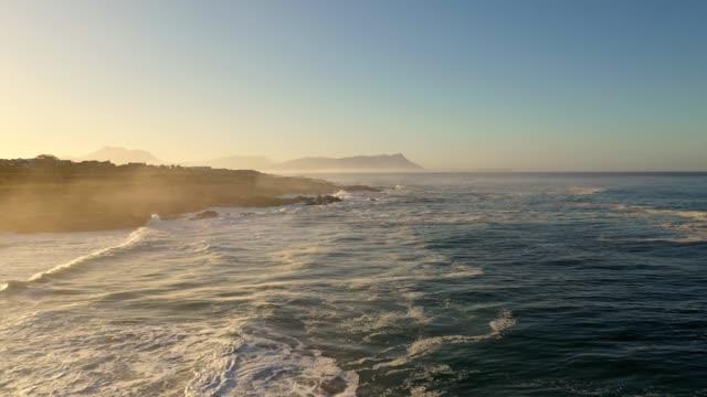 wczesnym rankiem wideo nad falami upaść wzdłuż wybrzeża przylądka - piękno natury filmów i materiałów b-roll