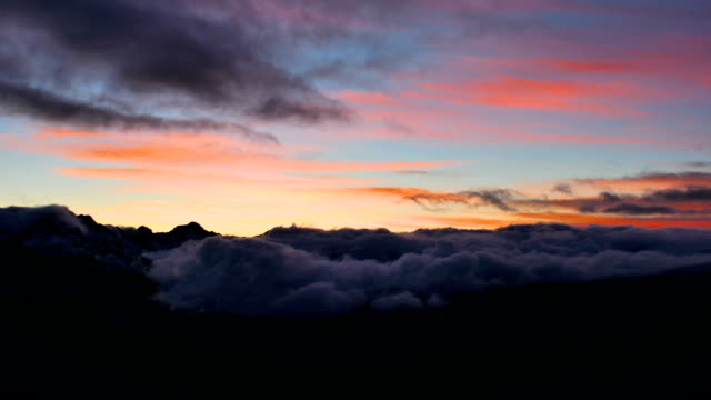 stockvideo's en b-roll-footage met vroege winter bergen sneeuw zonsondergang wolken timelapse - sneeuwkap