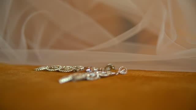 stockvideo's en b-roll-footage met oorbellen en trouwringen - halsketting