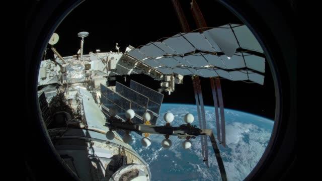 Erde durch Fenster der Internationalen Raumstation ISS – Video
