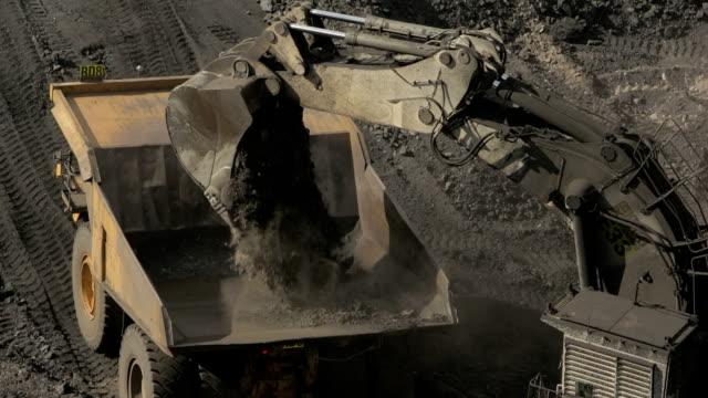 石炭鉱山トラックを読み込んで地球の発動機 - 石炭点の映像素材/bロール