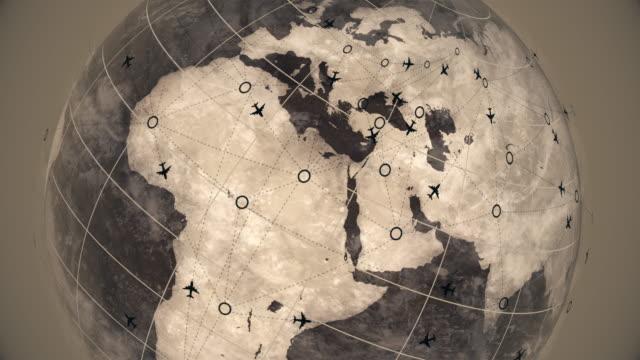 Erde Kugel Karte mit fliegenden Flugzeugrouten, FlugReiseziele Animation, Business Travel Road Trip Satellite View World Globe Spinning Time Lapse, Flugzeug Route Animation, Flugverkehr – Video