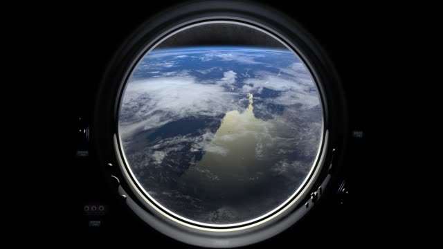 La Terre par la fenêtre de hublot du vaisseau spatial. La station spatiale internationale se déplace vers la droite. Ambiance réaliste. Iss. 4K. - Vidéo