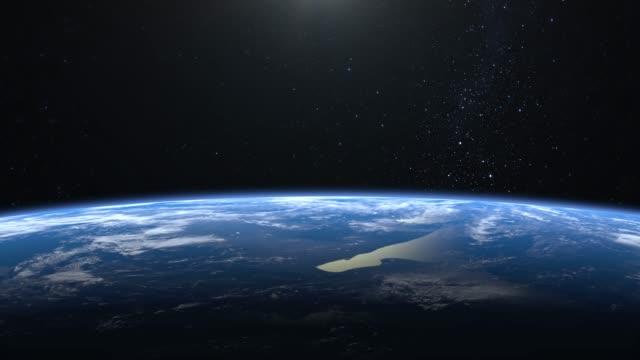 erde. blick aus dem weltraum. stars funkeln. die kamera fliegt über die erde nach rechts. 4k. realistische atmosphäre. 3d volumetrische wolken. keine sonne im rahmen. - stratosphäre stock-videos und b-roll-filmmaterial