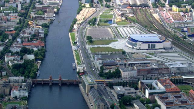 vídeos de stock e filmes b-roll de east side gallery on berlin wall  - aerial view - berlin,  germany - berlin wall