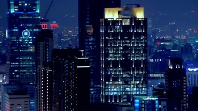 stockvideo's en b-roll-footage met east taipei mall en kantoorgebouw met drukke straat 's nachts. taipei, taiwan - raam bezoek