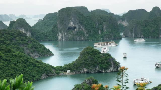 utsikt österut från ti top lookout i halong bay - turistbåt bildbanksvideor och videomaterial från bakom kulisserna